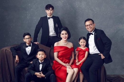 """Hoa hậu Hà Kiều Anh khoe ảnh gia đình quyền quý, sang trọng """"hết phần thiên hạ"""" nhân kỷ niệm 13 năm ngày cưới - Ảnh 2"""
