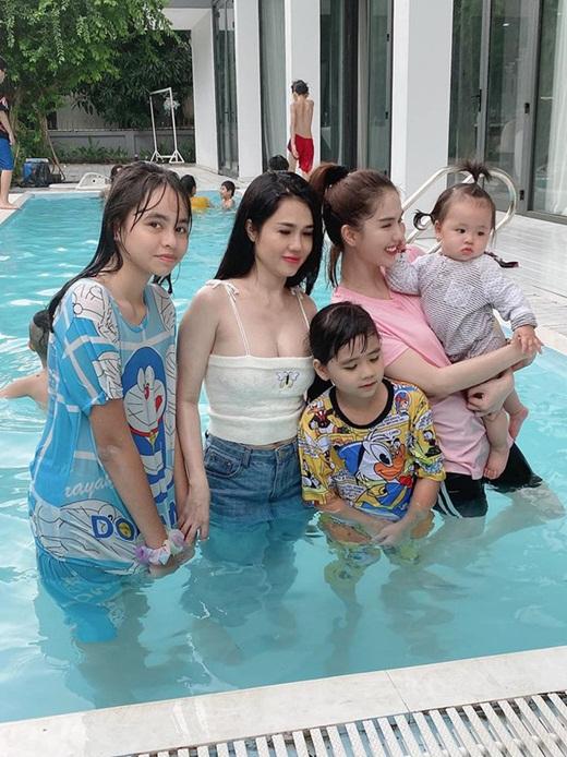 """Ngọc Trinh chụp ảnh gia đình mà bị 1 nhân vật """"lấn át"""", dân mạng cảm thán """"nữ hoàng nội y cũng có ngày này"""" - Ảnh 3"""