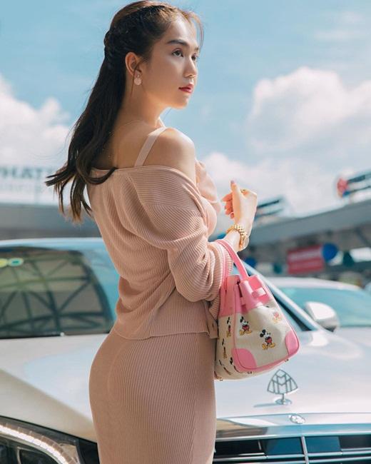 """Ngọc Trinh diện nguyên """"cây hồng mà không sến"""" ra sân bay, vòng eo lại khiến dân tình """"điên đảo"""" - Ảnh 5"""