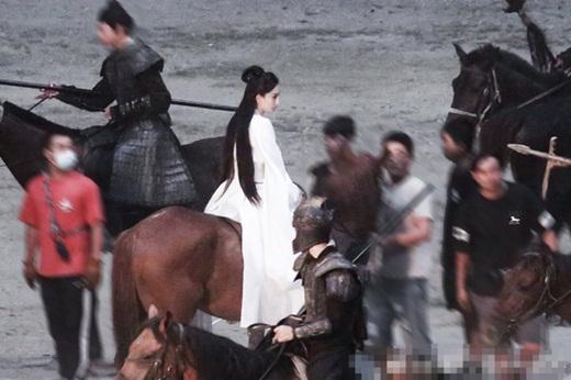 """Dương Mịch lộ tạo hình đẹp cực phẩm trên phim trường """"Hộc Châu phu nhân"""" nhưng dân mạng vẫn thấy """"sai sai"""" - Ảnh 1"""