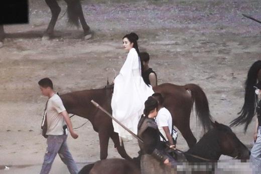 """Dương Mịch lộ tạo hình đẹp cực phẩm trên phim trường """"Hộc Châu phu nhân"""" nhưng dân mạng vẫn thấy """"sai sai"""" - Ảnh 2"""