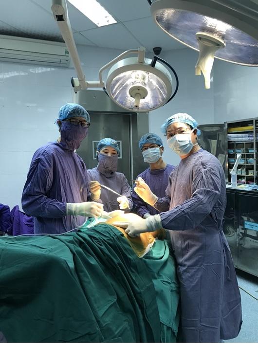 Bác sĩ chuyên phẫu thuật nội soi xương khớp tiết lộ kỷ niệm khó quên - Ảnh 2