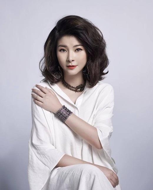 """NSƯT Kim Oanh U50 vẫn diện váy xẻ cao """"chới với"""", lộ hình xăm """"chất chơi"""" ở vị trí đặc biệt - Ảnh 10"""