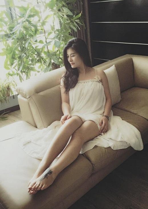 """NSƯT Kim Oanh U50 vẫn diện váy xẻ cao """"chới với"""", lộ hình xăm """"chất chơi"""" ở vị trí đặc biệt - Ảnh 2"""