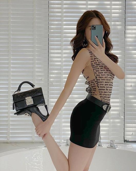 """Ngọc Trinh """"bắt trend"""" chụp hình phô diễn đường cong S-line, đi giày cao gót mà tạo dáng quá tài - Ảnh 4"""