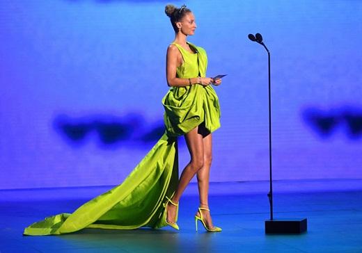 """""""Cô đào Hollywood"""" Nicole Richie """"đụng hàng"""" mỹ nhân Việt khi diện váy Công Trí lên thảm đỏ VMAs 2020 - Ảnh 3"""