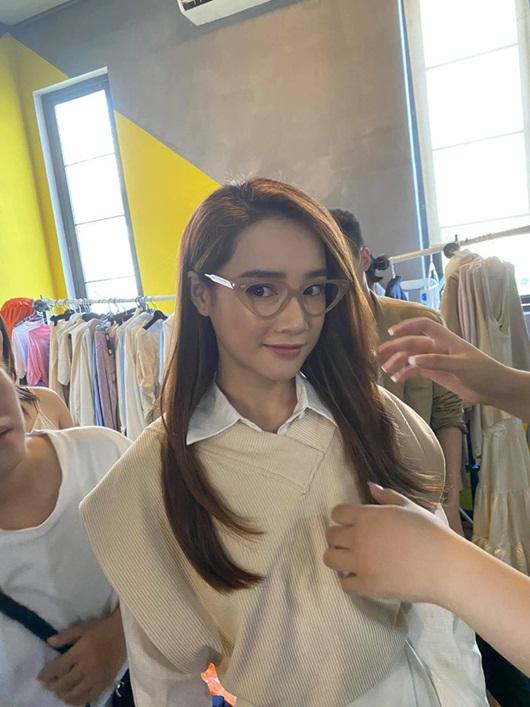 Nhã Phương đăng ảnh hậu trường mà đẳng cấp như đi tuần lễ thời trang, góc nghiêng đẹp miễn bàn - Ảnh 4