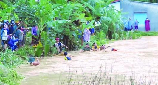 Bão số 5 gây thiệt hại nặng ở miền Trung, 1 người thiệt mạng, hơn 3.000 dân bị cô lập - Ảnh 2