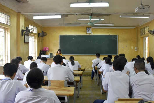 Bộ Giáo dục-Đào tạo nói gì về quy định cho phép học sinh dùng điện thoại trong lớp? - Ảnh 1