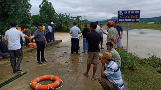 3 người dắt xe máy băng qua đập tràn, nam thanh niên bị nước lũ cuốn tử vong - Ảnh 1