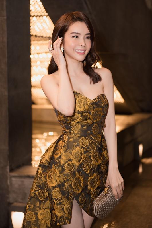 """Người đẹp """"siêu vòng ba"""" Huỳnh Vy diện váy xẻ cao táo bạo dự show thời trang - Ảnh 1"""