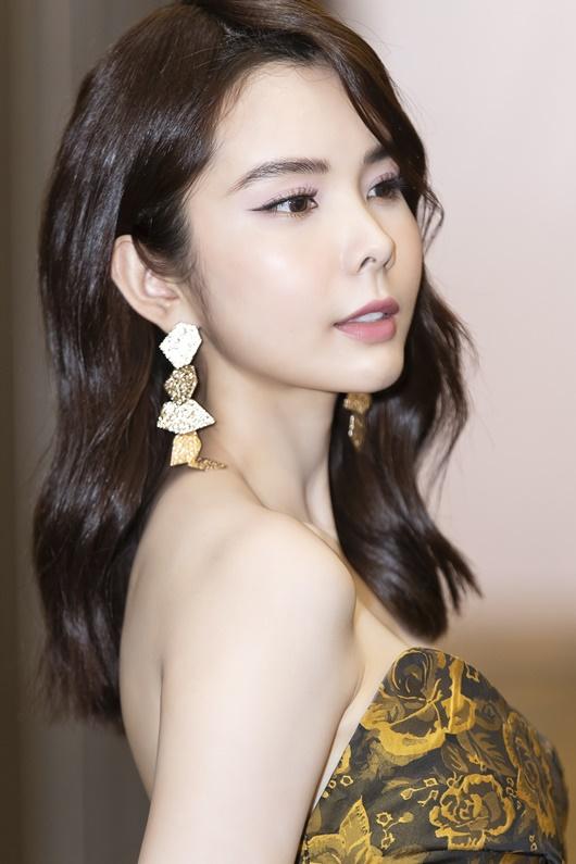 """Người đẹp """"siêu vòng ba"""" Huỳnh Vy diện váy xẻ cao táo bạo dự show thời trang - Ảnh 4"""