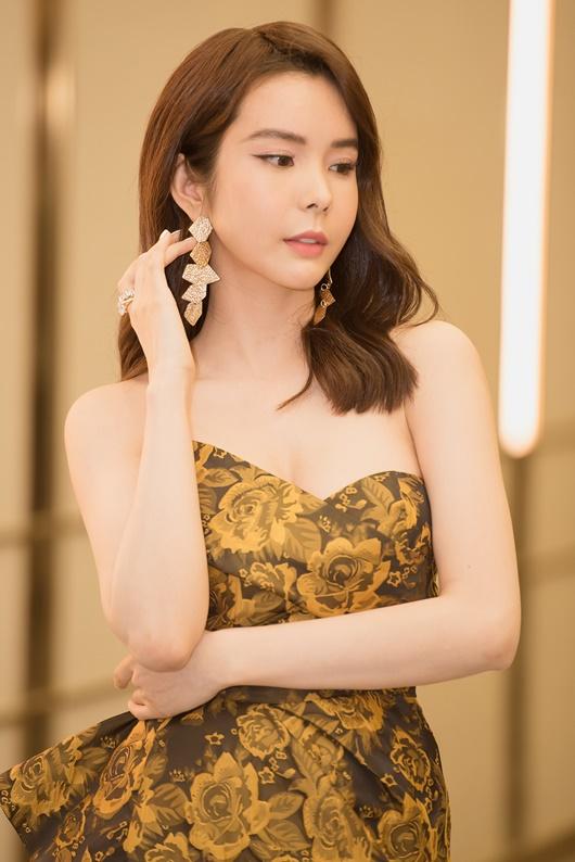 """Người đẹp """"siêu vòng ba"""" Huỳnh Vy diện váy xẻ cao táo bạo dự show thời trang - Ảnh 5"""