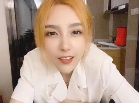 """Nữ streamer xinh đẹp bậc nhất xứ Trung """"xuề xòa"""" lên sóng gây hiệu ứng không ai ngờ tới - Ảnh 2"""
