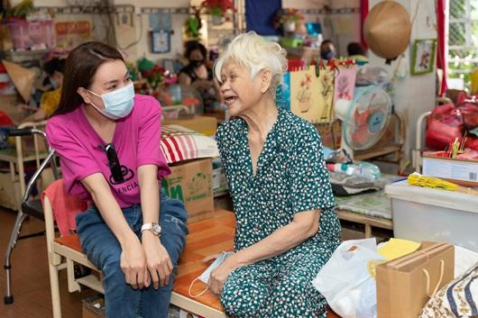 Trà Ngọc Hằng giản dị mang bánh tự tay làm tặng người già neo đơn dịp Trung thu - Ảnh 4