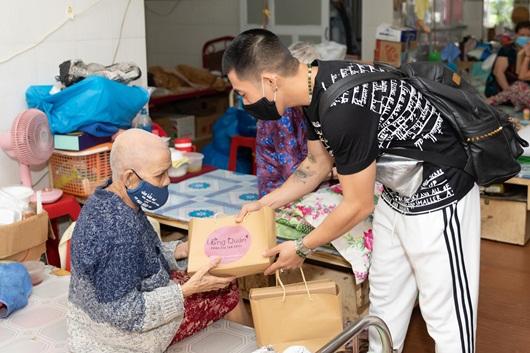 Trà Ngọc Hằng giản dị mang bánh tự tay làm tặng người già neo đơn dịp Trung thu - Ảnh 3