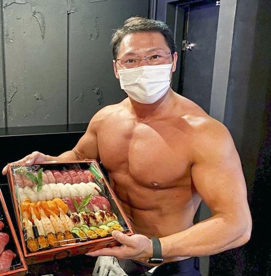 """Nhà hàng sushi thuê dàn trai 6 múi về phát triển dịch vụ """"lực sĩ giao hàng"""" khiến doanh thu tăng vọt - Ảnh 1"""