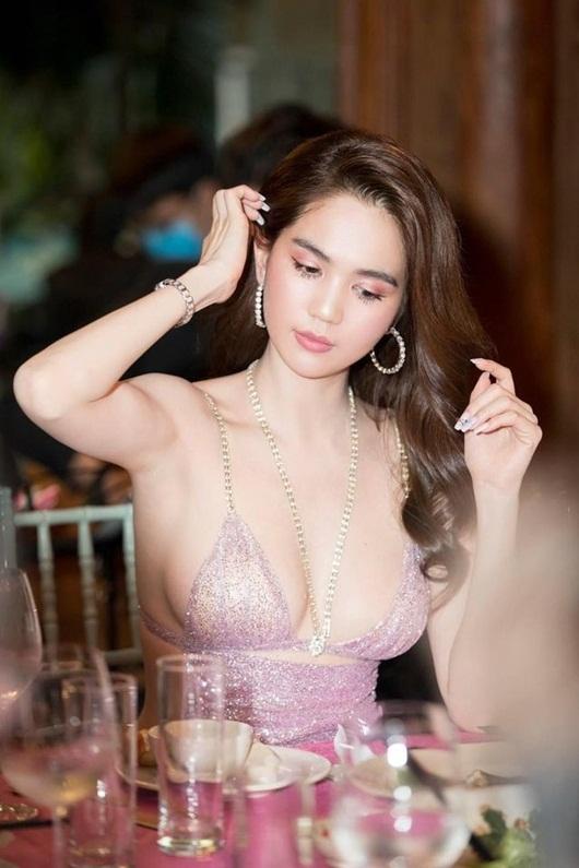 """Ngọc Trinh đang thả dáng cùng Hương Giang thì gặp sự cố, cả hai suýt ngã """"sấp mặt"""" - Ảnh 1"""