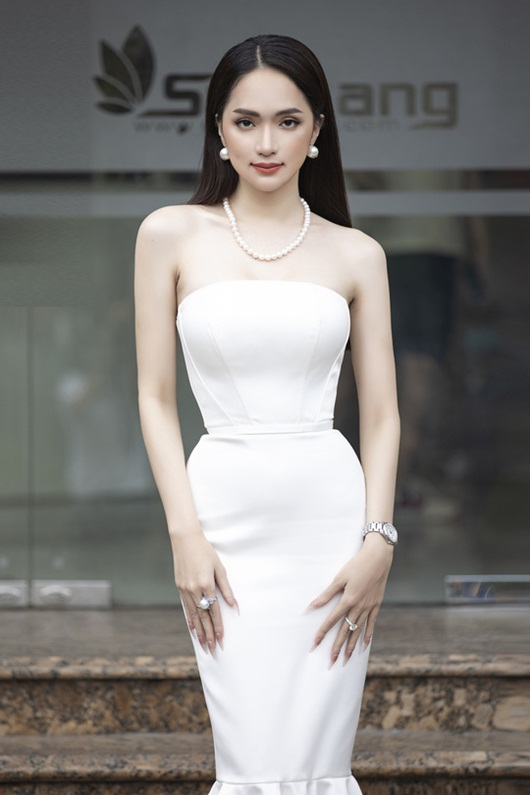 """Ngọc Trinh đang thả dáng cùng Hương Giang thì gặp sự cố, cả hai suýt ngã """"sấp mặt"""" - Ảnh 3"""