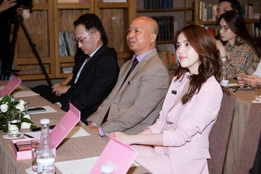 """Ngọc Trinh diện """"cây hồng"""" đi chúc mừng Hương Giang nhưng đồng hồ hơn 4 tỷ mới là tâm điểm - Ảnh 3"""