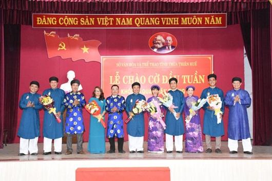 Chùm ảnh: Nam công chức ngành văn hóa Huế mặc áo dài truyền thống đến công sở - Ảnh 3