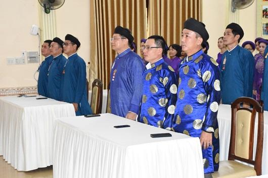 Chùm ảnh: Nam công chức ngành văn hóa Huế mặc áo dài truyền thống đến công sở - Ảnh 2
