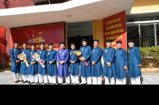 Chùm ảnh: Nam công chức ngành văn hóa Huế mặc áo dài truyền thống đến công sở - Ảnh 4