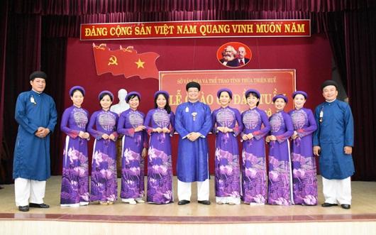 Chùm ảnh: Nam công chức ngành văn hóa Huế mặc áo dài truyền thống đến công sở - Ảnh 1