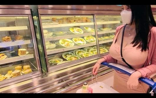 """Nữ streamer phát sóng cảnh dạo phố cũng hút view """"khủng"""", vấn đề là ở trang phục - Ảnh 3"""