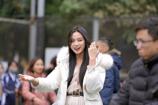 Về trường Kinh tế Quốc dân để đi học trở lại, hoa hậu Đỗ Thị Hà khoe visual đẹp long lanh như công chúa tuyết - Ảnh 1
