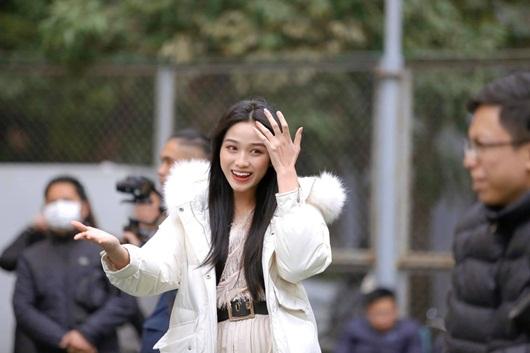 Về trường Kinh tế Quốc dân để đi học trở lại, hoa hậu Đỗ Thị Hà khoe visual đẹp long lanh như công chúa tuyết - Ảnh 2