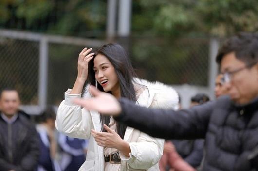 Về trường Kinh tế Quốc dân để đi học trở lại, hoa hậu Đỗ Thị Hà khoe visual đẹp long lanh như công chúa tuyết - Ảnh 3