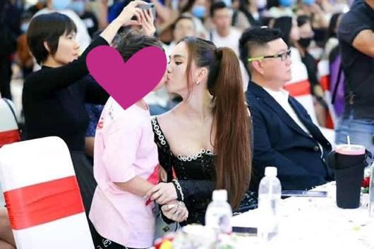 Tin tức giải trí mới nhất ngày 12/1: Ngọc Trinh gây tranh cãi khi hôn fan nhí - Ảnh 1
