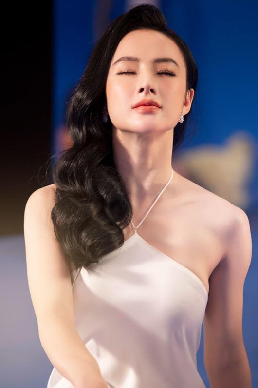 """Angela Phương Trinh khoe đường cong nữ thần, """"cặp tuyết lê"""" lấp ló sau lớp áo lụa - Ảnh 3"""