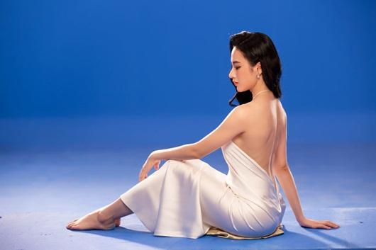 """Angela Phương Trinh khoe đường cong nữ thần, """"cặp tuyết lê"""" lấp ló sau lớp áo lụa - Ảnh 5"""