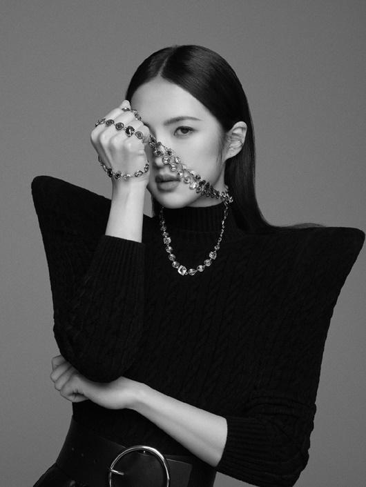 """""""Công chúa Huawei"""" vừa gia nhập Cbiz đã có bìa tạp chí, tài nguyên """"nghịch thiên"""" khiến dân mạng níu lưỡi - Ảnh 1"""