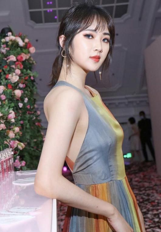 """""""Công chúa Huawei"""" vừa gia nhập Cbiz đã có bìa tạp chí, tài nguyên """"nghịch thiên"""" khiến dân mạng níu lưỡi - Ảnh 7"""