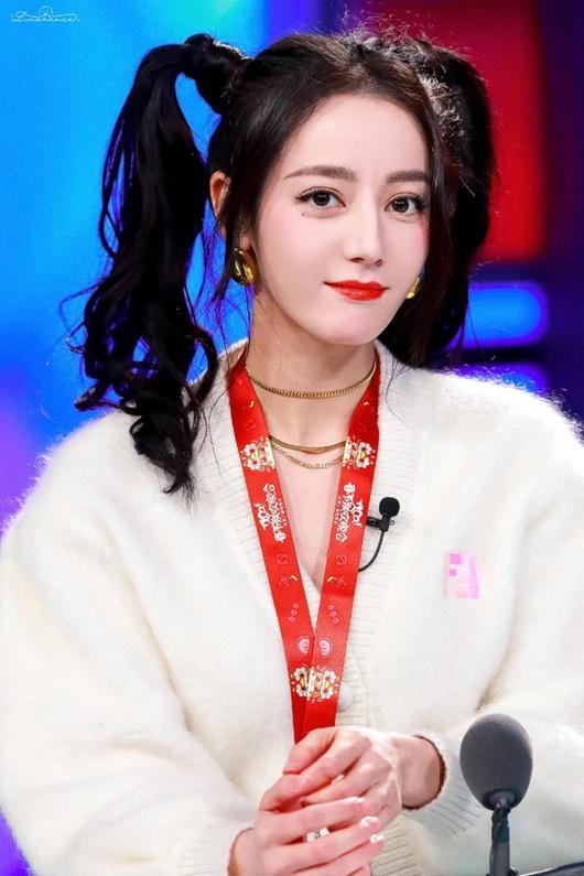Kiểu tóc tưởng chỉ dành cho bé gái được sao nữ Hoa - Hàn đua nhau diện, xinh xắn không phân thắng bại - Ảnh 1