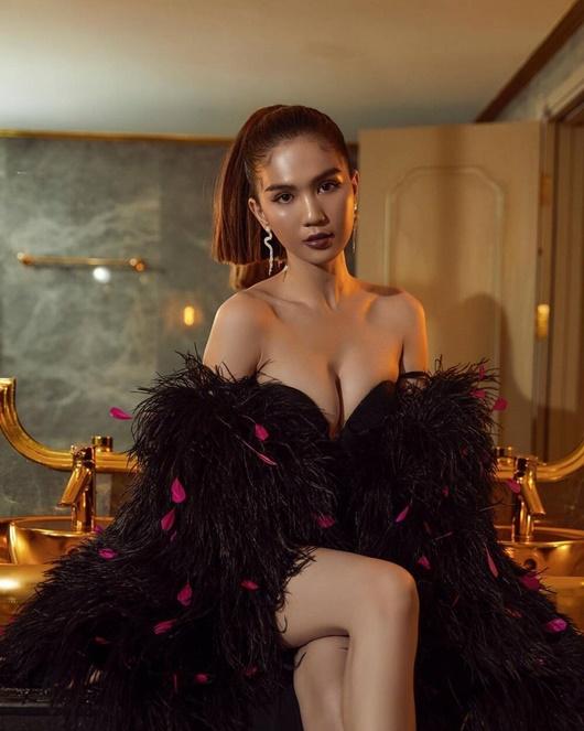 """Ngọc Trinh diện váy xẻ sâu hun hút, fan chỉ sợ rơi mà """"nữ hoàng nội y"""" vẫn tự tin tạo dáng - Ảnh 4"""