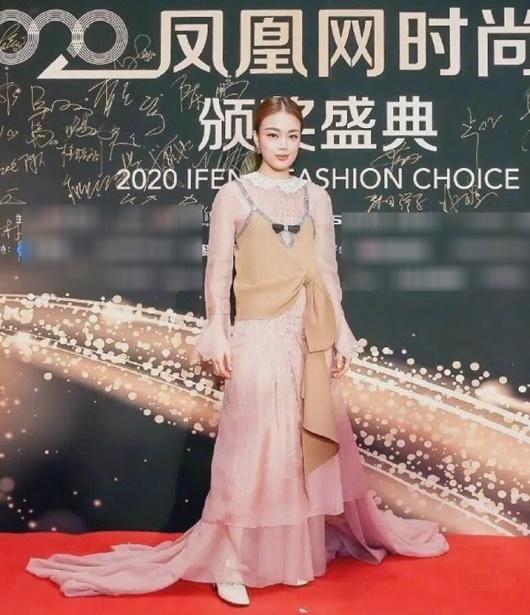 Trang phục xấu nhất 2020 của sao nữ Hoa ngữ: Kim Ưng buồn của Tống Thiến, Dương Mịch cũng có lúc sai lầm - Ảnh 6
