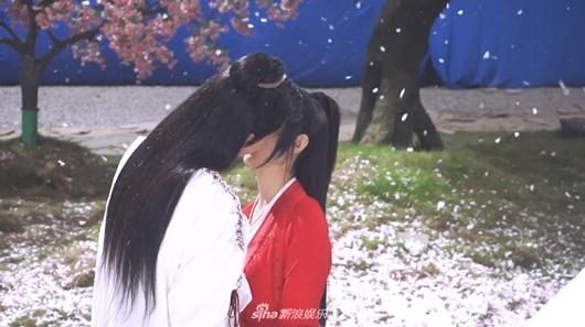"""Hậu trường cảnh hôn """"ngọt hơn phim"""" của Triệu Lệ Dĩnh và Vương Nhất Bác, fan """"ghen tỵ"""" nhưng vẫn tua đi tua lại - Ảnh 4"""