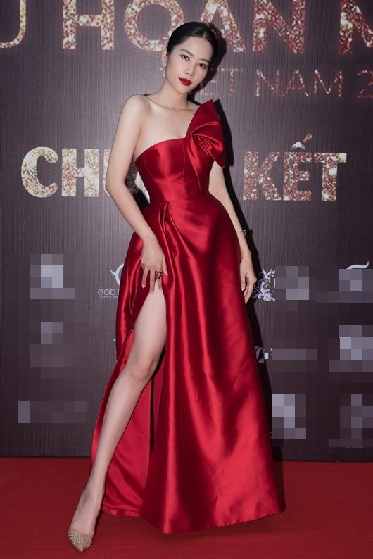 Nam Anh - Nam Em diện váy đỏ rực đối lập Trà Ngọc Hằng đầm đen huyền bí - Ảnh 1