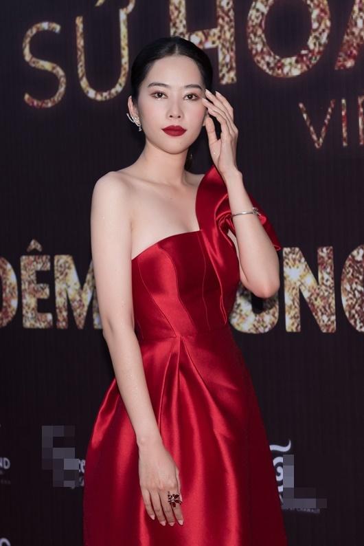 Nam Anh - Nam Em diện váy đỏ rực đối lập Trà Ngọc Hằng đầm đen huyền bí - Ảnh 2