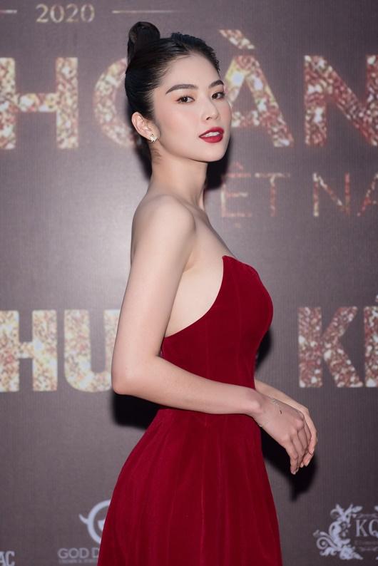Nam Anh - Nam Em diện váy đỏ rực đối lập Trà Ngọc Hằng đầm đen huyền bí - Ảnh 6