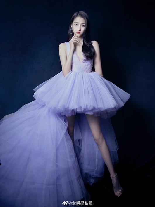 """Vóc dáng nữ thần của """"cách cách Bắc Kinh"""" Quan Hiểu Đồng, đôi chân xứng đáng được coi là báu vật - Ảnh 1"""