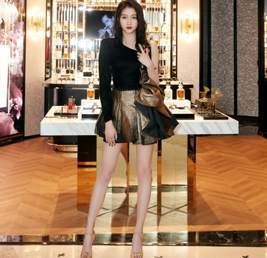 """Vóc dáng nữ thần của """"cách cách Bắc Kinh"""" Quan Hiểu Đồng, đôi chân xứng đáng được coi là báu vật - Ảnh 2"""