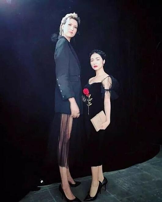 """Hòa Minzy """"mét rưỡi"""" không ngại chụp cùng dàn chân dài Vbiz: Quan trọng là thần thái - Ảnh 4"""