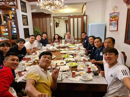 HLV Kiatisuk cùng dàn học trò Công Phượng, Xuân Trường ăn tất niên ở nhà bầu Đức - Ảnh 1