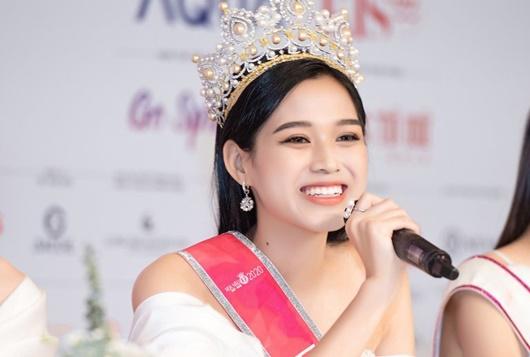 Tin tức giải trí mới nhất ngày 1/2: Hoa hậu Đỗ Thị Hà tiết lộ mẫu bạn trai lý tưởng - Ảnh 1
