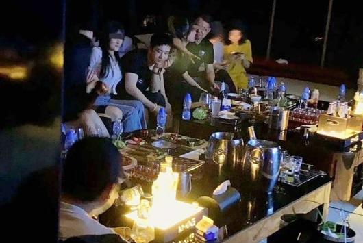 Huỳnh Hiểu Minh bị bắt gặp ở quán bar với dàn mỹ nữ vây quanh, cư dân mạng réo tên Angelababy - Ảnh 1